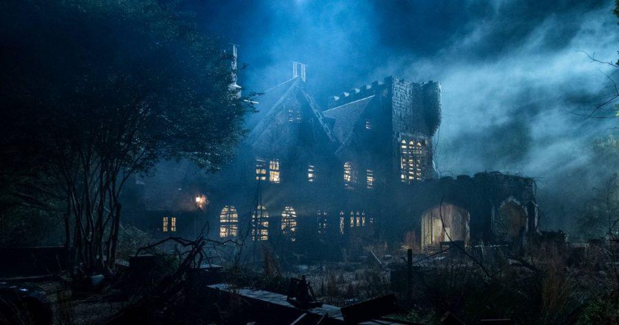 Plano general de la mansión Hill House. Foto de noche.