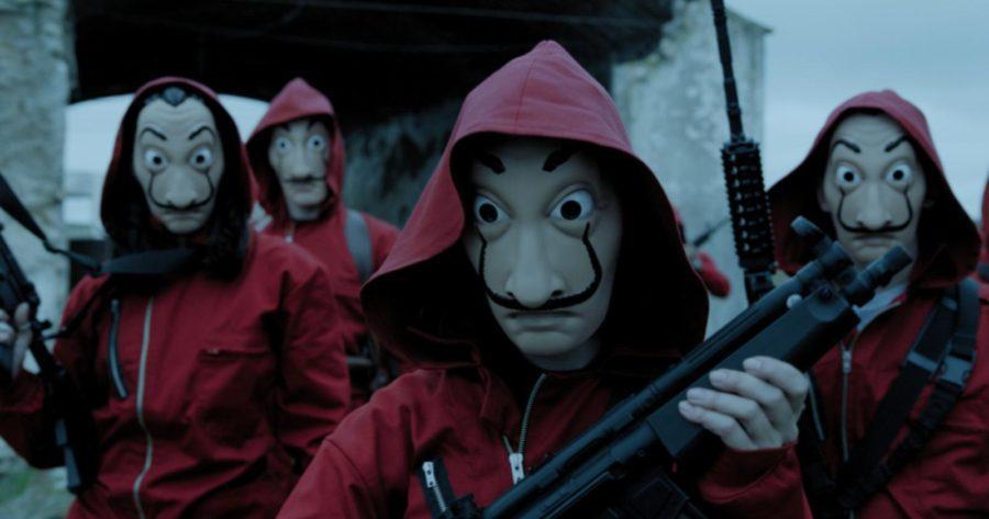 Parte del elenco de La Casa de Papel caracterizados con máscaras y overol
