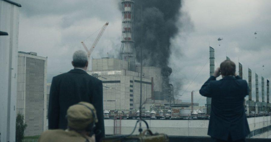 Científicos y autoridades de la Unión Soviética observando el incendio provocado en la planta nuclear de Chernobyl