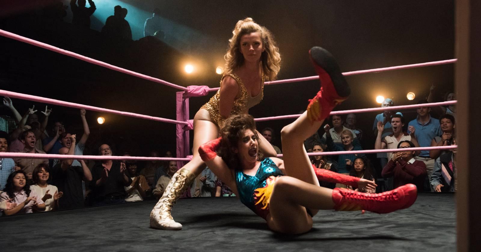 Betty Gilpin y Alison Brie en el ring de GLOW. Serie original de Netflix.