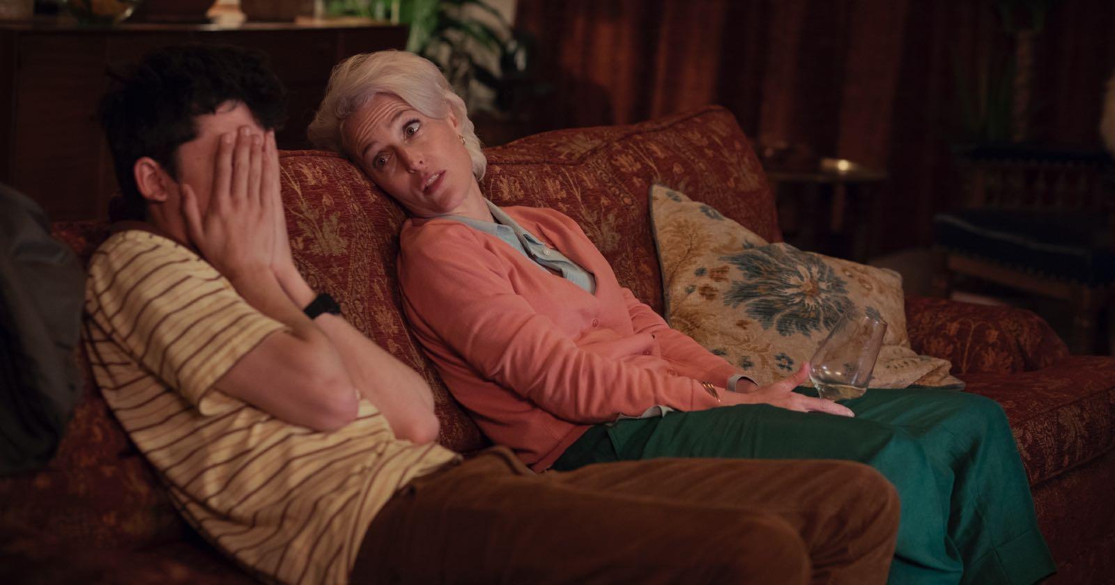 Otis (Asa Butterfield) y su madre, la doctora Jane (Gillian Anderson) en una escenas representativas de serie de Netflix Sex Education