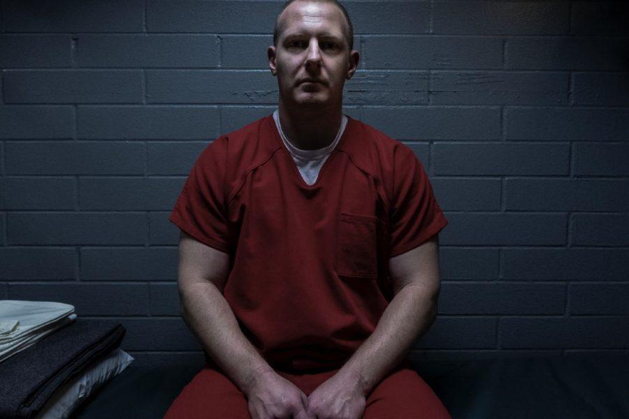 Escena de la miniserie de Netflix Inconcebible, donde Chris McCarthy, violador en serie, aparece encarcelado