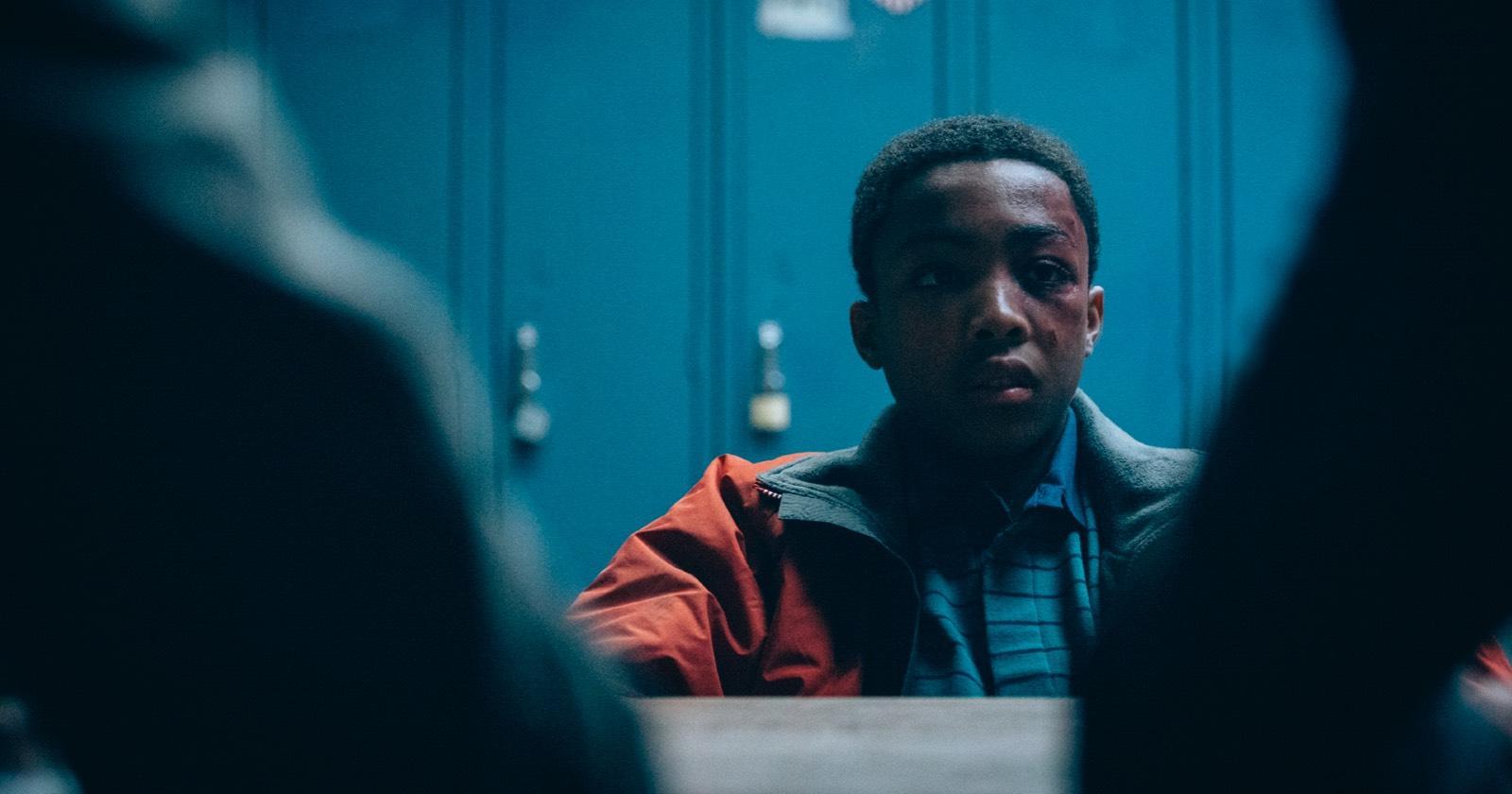 El personaje que interpreta a Kevin Richardson en la miniserie de Netflix When They See Us, siendo interrogado por la policía.