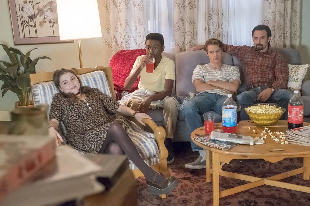 Una foto familiar, de los tres hermanos Pearson en edad adolescente, viendo televisión junto a su padre Jack.