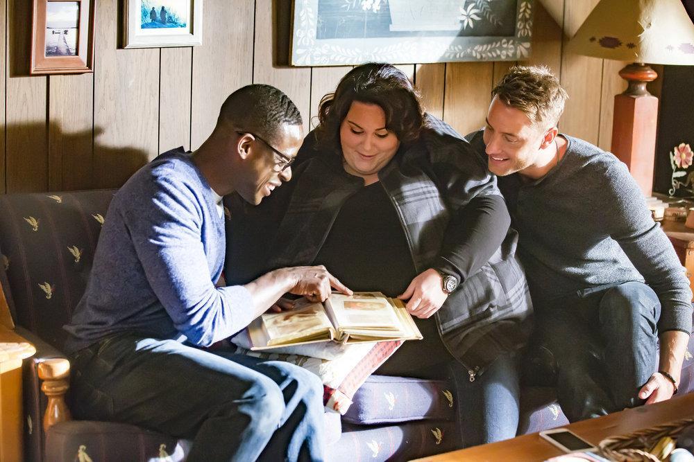 Los hermanos Pearson, de a serie This Is Us, en edad adulta, mirando un álbum de fotografías.