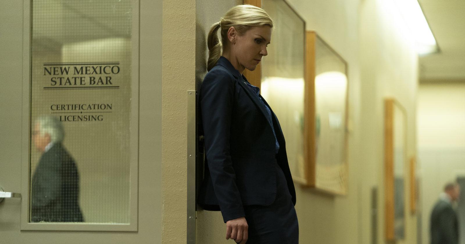 Kim Wexler (Rhea Seehorn) pensativa en una puerta del juzgado de Nuevo México.
