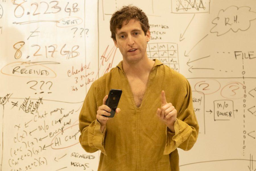 Thomas Middleditch en una escena característica de Silicon Valley
