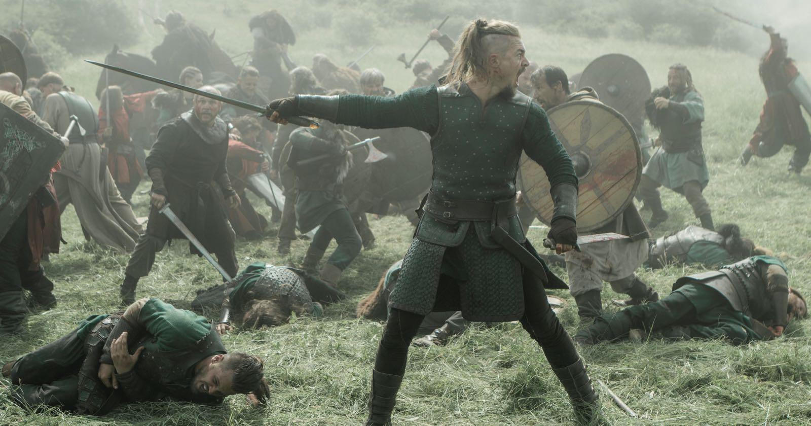 Uhtred liderando un combate en la serie The Last of Kingdom.