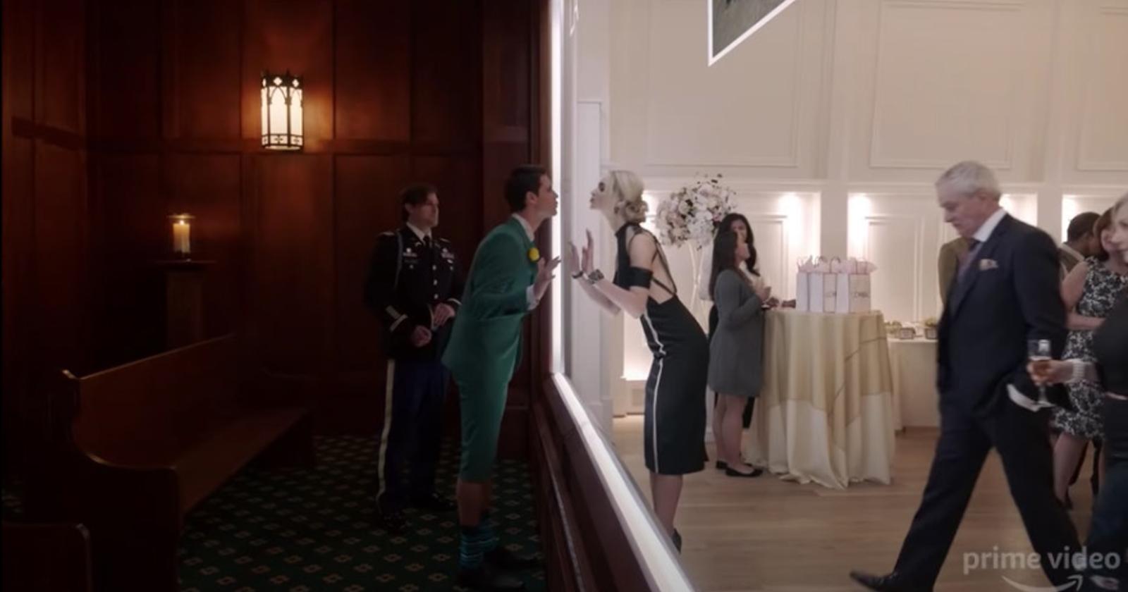 Nathan besa a su novia a través de una pantalla. Esta es una imagen de la serie de ciencia ficción Upload, original de Amazon Prime.