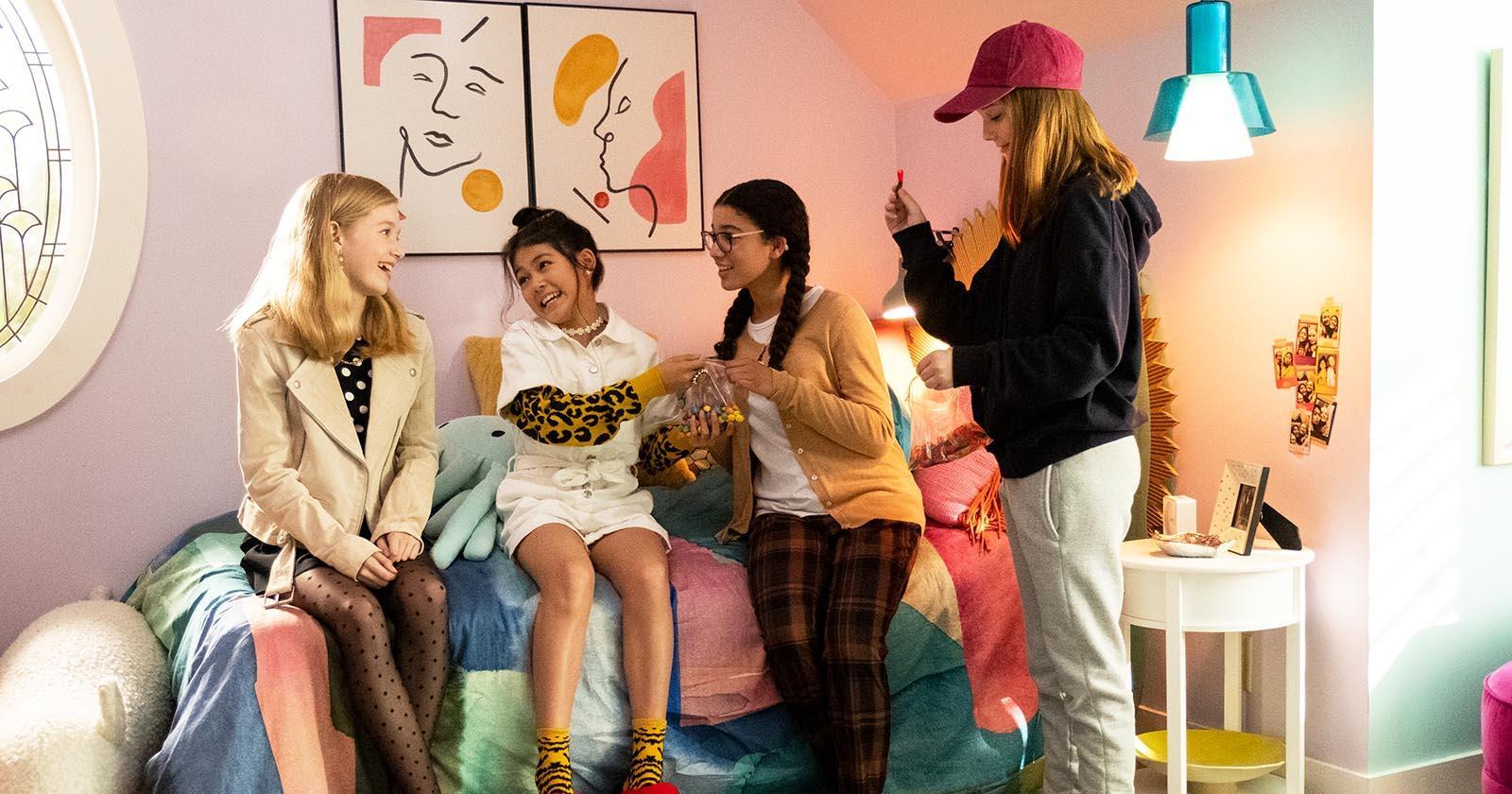 Adolescentes en una habitación rosada. Son las protagonistas de The Baby-Sitters Club, serie original de Netflix.