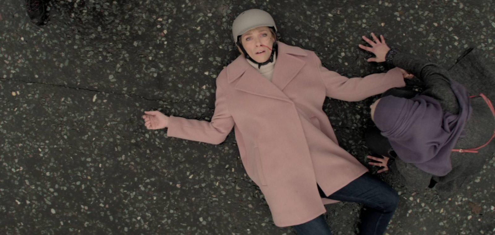 Toni Collette como Joy Richards, tumbada en el suelo. En Wanderlust, serie original de Netflix.