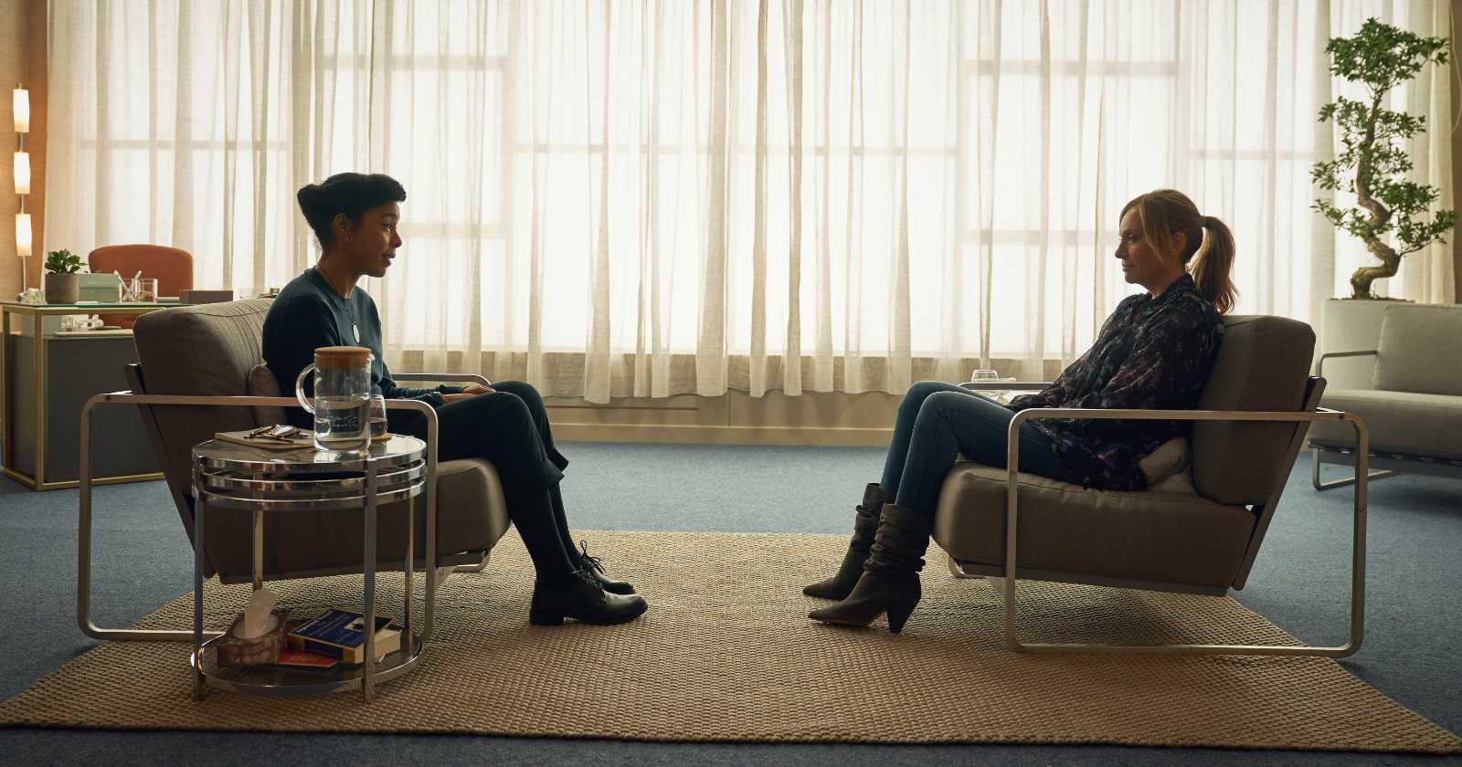 Joy (Toni Collette, a la derecha) conversando con su psicóloga Angela (Sophie Okonedo, a la izquierda). En Wanderlust, serie original de Netflix.