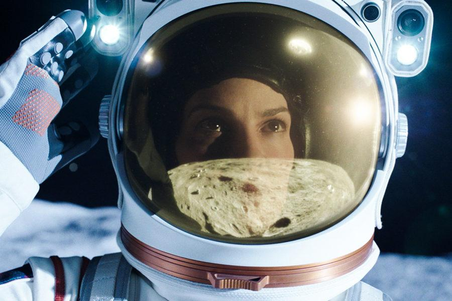 Hilary Swank como Emma Green en Away (Lejos)