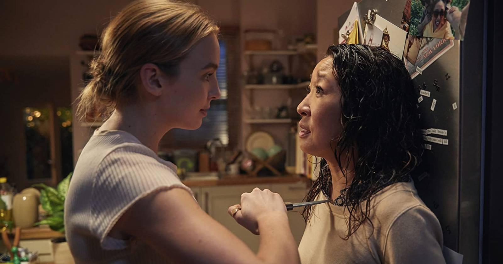 Killing Eve, A la izquierda Villanelle amenaza con un cuchillo en el cuello a Eve, A la derecha Eve acorralada contra su refrigerador