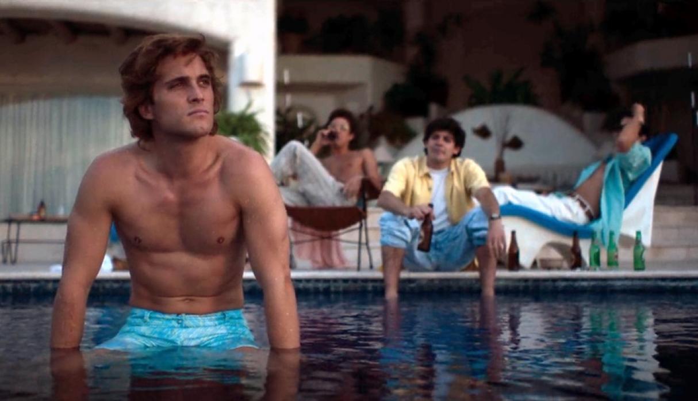 Elenco de Luis Miguel, la serie, en una piscina.