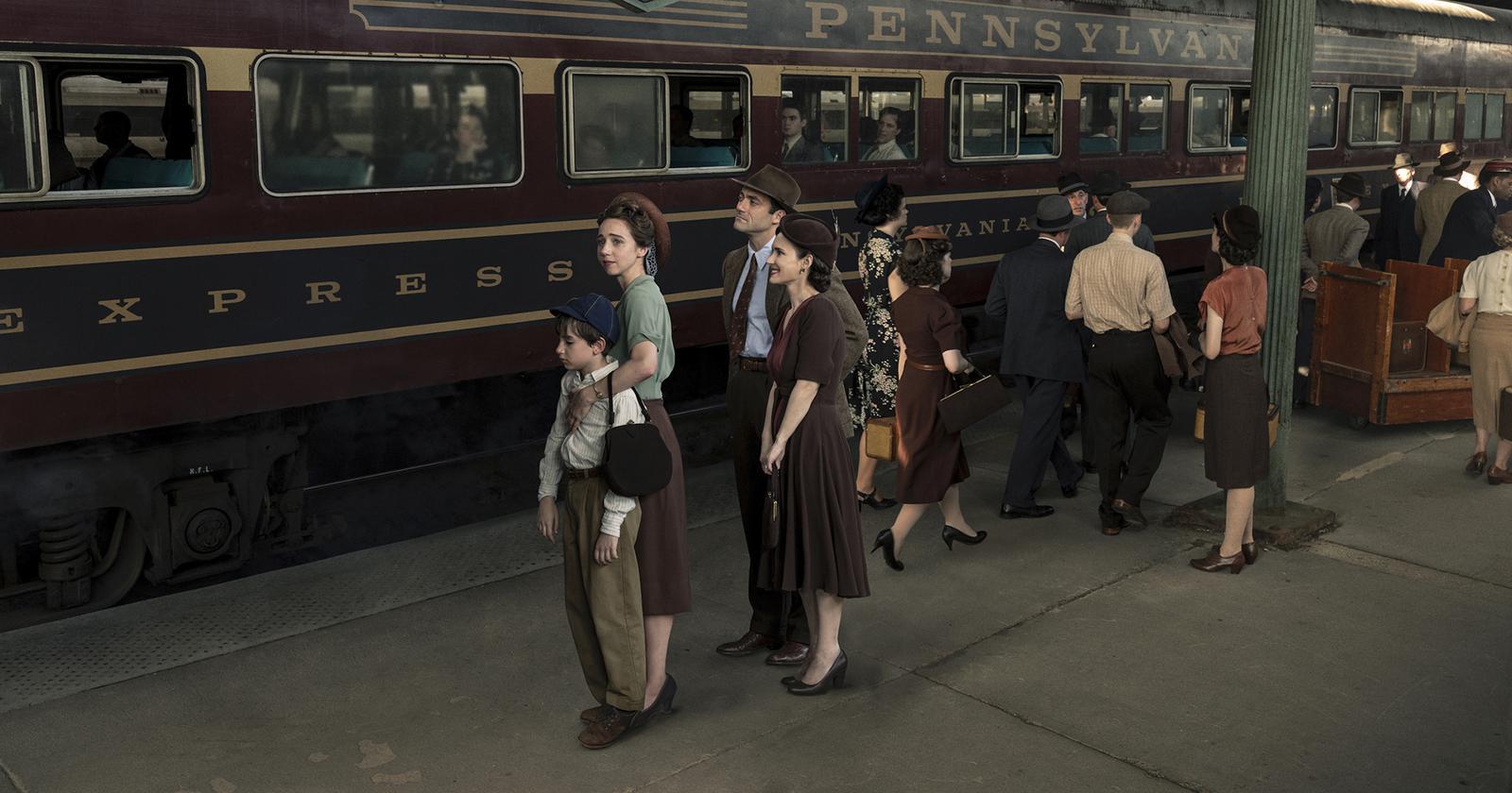 Escena de The plot against America. Una familia judía antigua espera para abordar un tren que dice Pennsylvania.