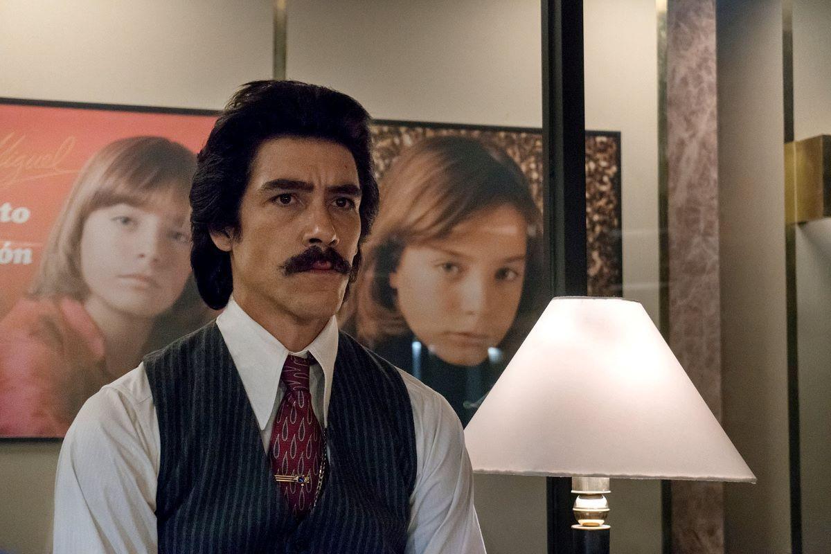Oscar Jaenada como Luis Rey, padre de Luis Miguel.