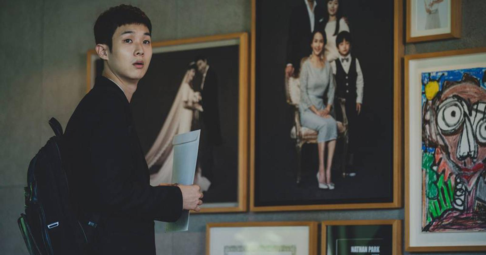 El joven Ki-woo visita por primera vez la casa de los Park