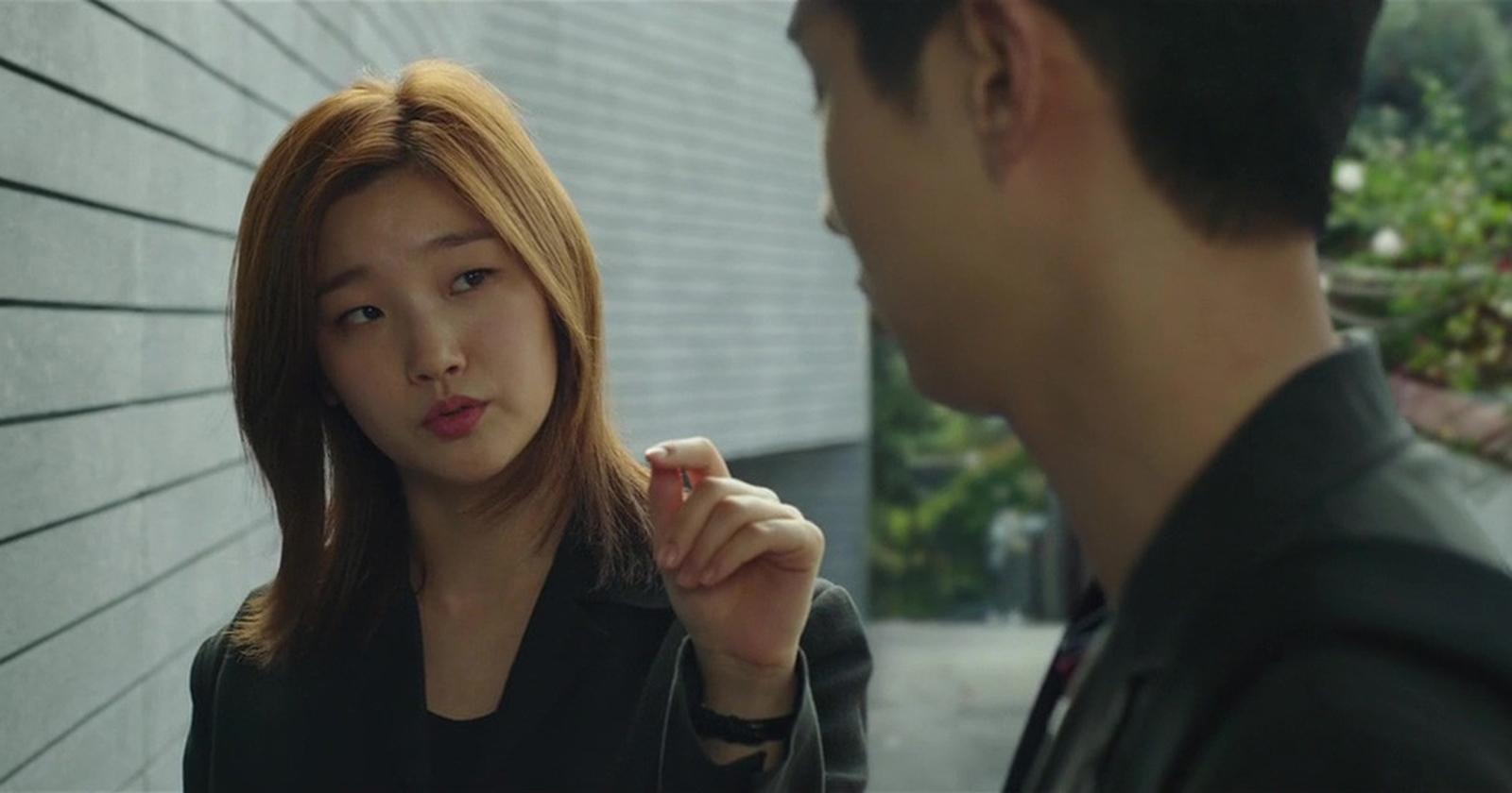 Ki-jung repasando su actuación antes de entrar a la casa de la familia Park
