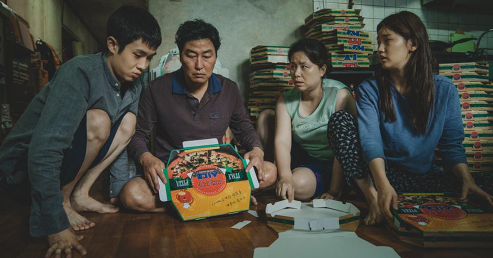 La familia Kim dobla cajas de pizza para ganar algo de dinero