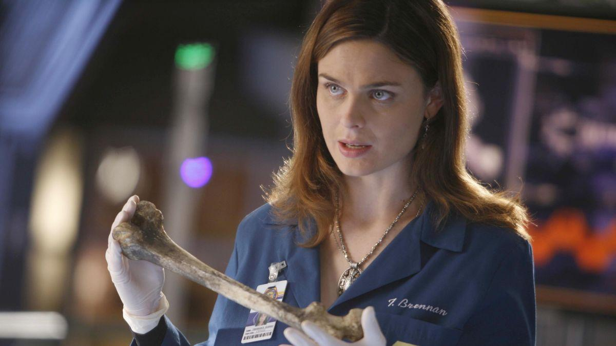 La dra. Brennan (Emily Deschanel) en plena investigación forense.