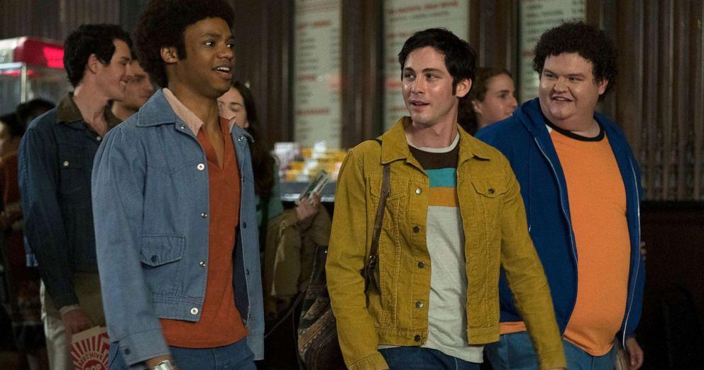El joven Jonah y sus amigos saliendo del cine después de ver Star Wars.