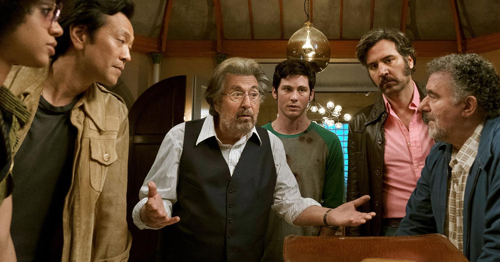 Al Pacino habla con las manos abiertas al resto de los protagonistas de Hunters, serie original de Amazon Prime.