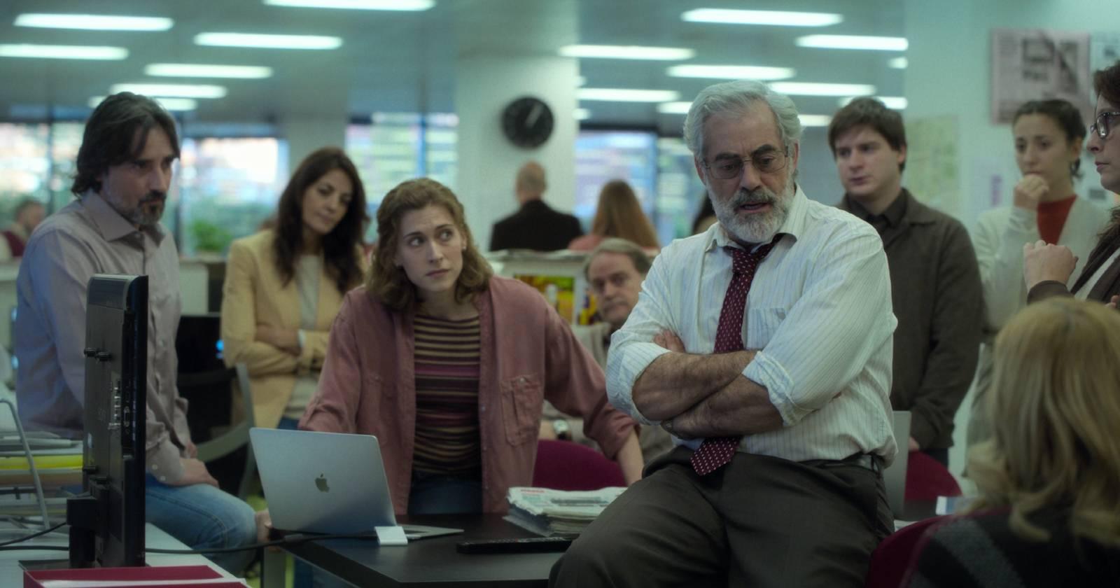 Los Favoritos de Midas, Mónica y sus compañeros escuchan a su jefe hablar sobre la situación del periódico