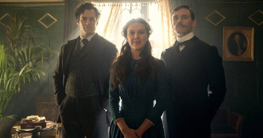 Enola Holmes, Enola se encuentra al centro con sus hermanos Sherlock y Mycroft a cada lado de ella