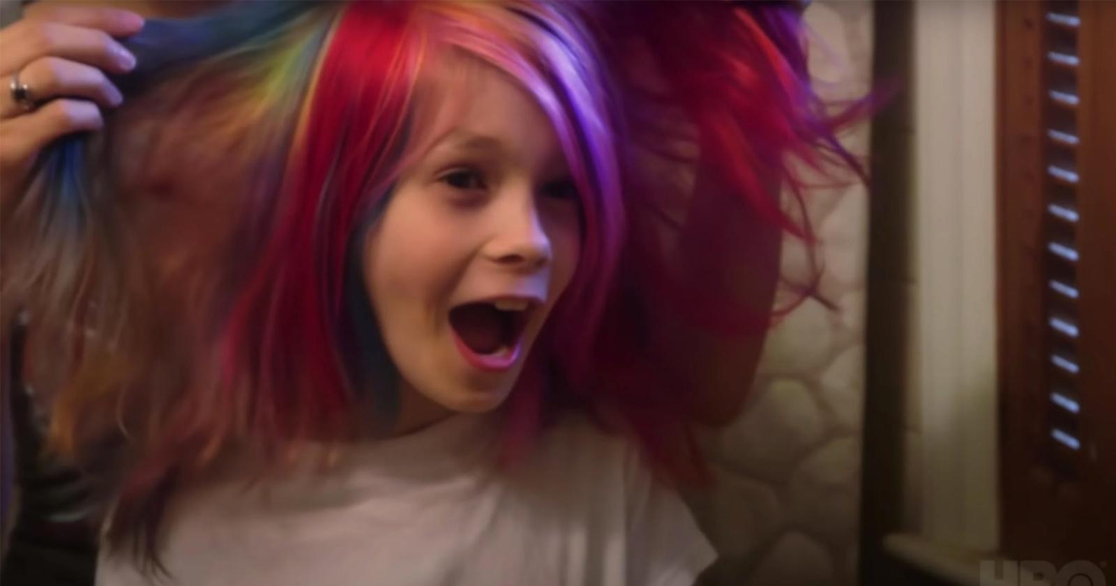Avery con el pelo multicolor.
