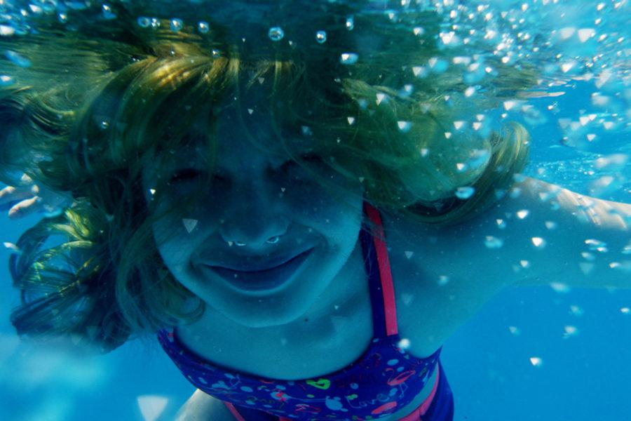 Avery, una de las protagonistas de Transhood, bajo el agua.