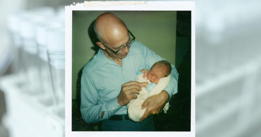 El Dr. Quincy Fortier cargando un bebé.