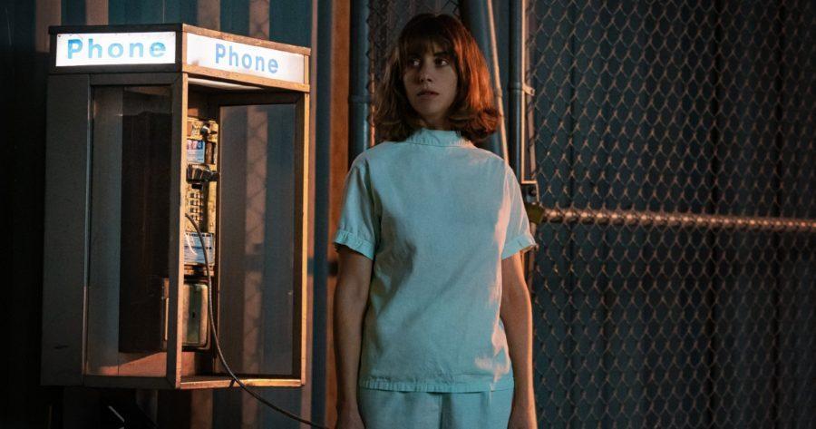 Alison Brie como Sarah en La chica que amaba los caballos desorientada al lado de un teléfono público