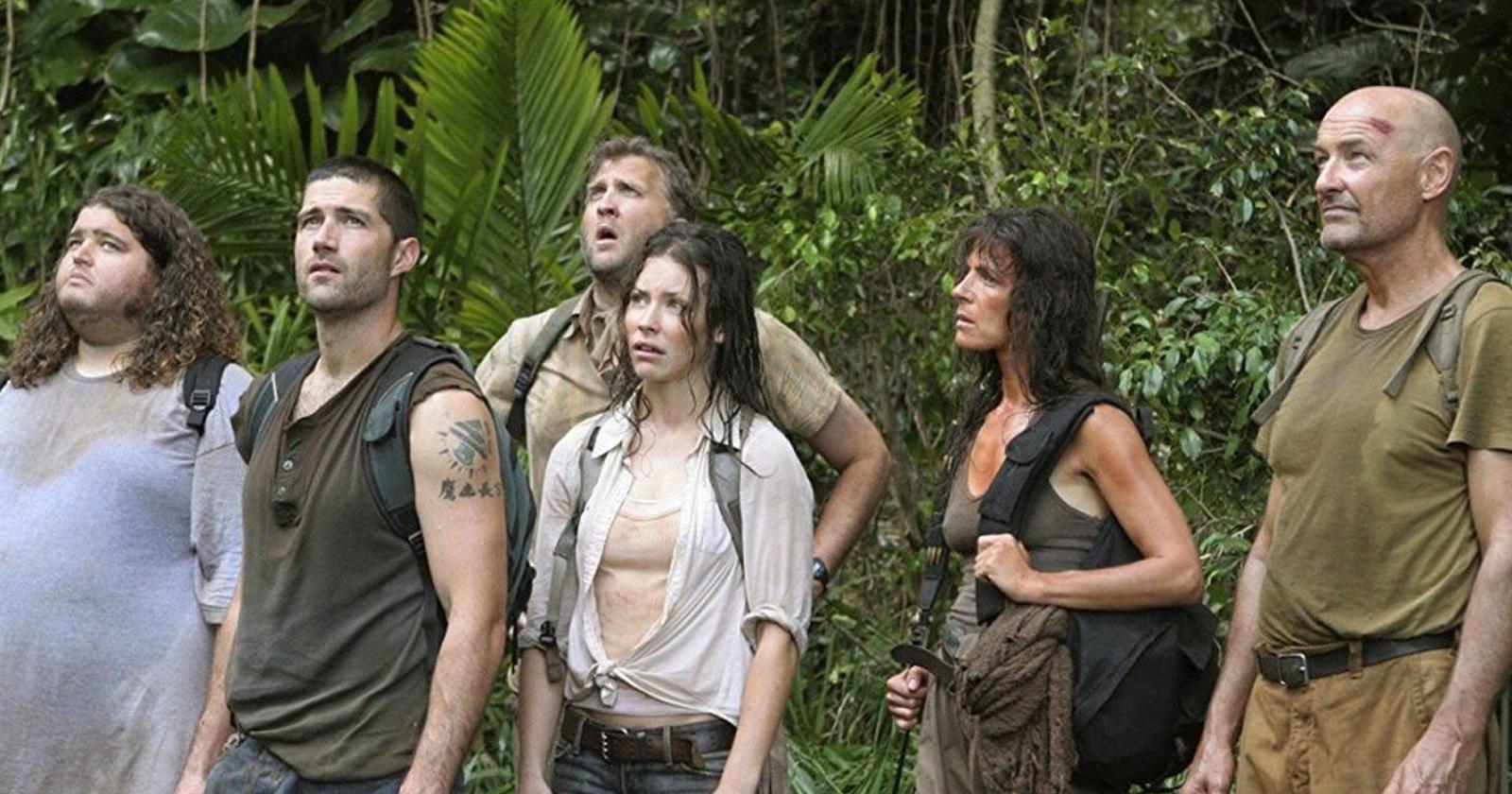 Algunos de los personajes clave de la serie Lost, transpirados y sucios en una isla con vegetación tropical.