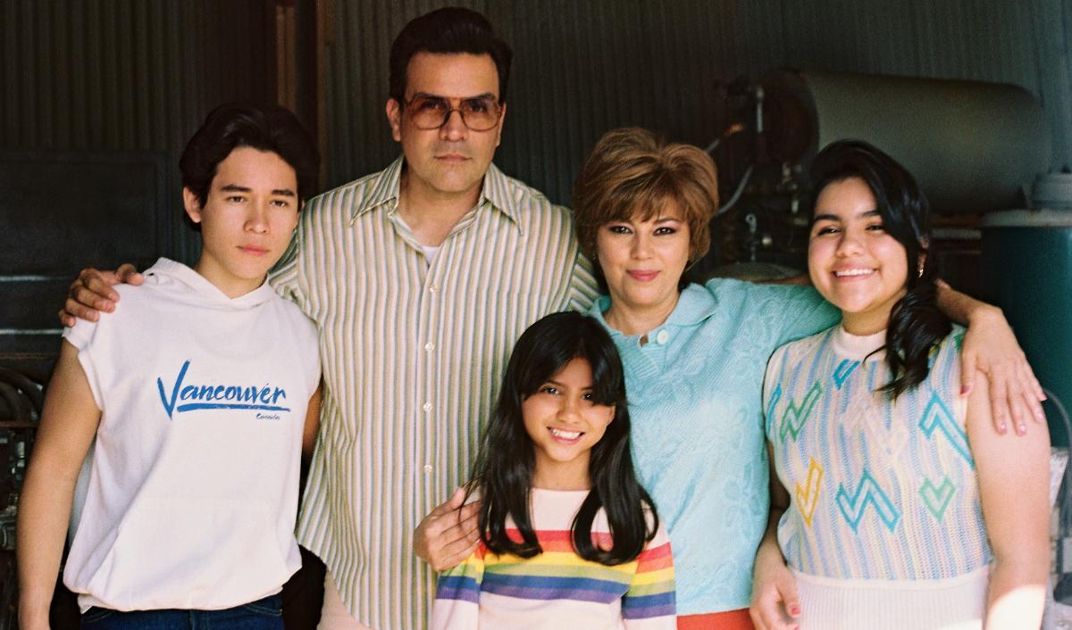Selena pequeña (Madison Taylor Baez), cuando comenzaba su carrera musical impulsada por sus padres y acompañada por sus hermanos.