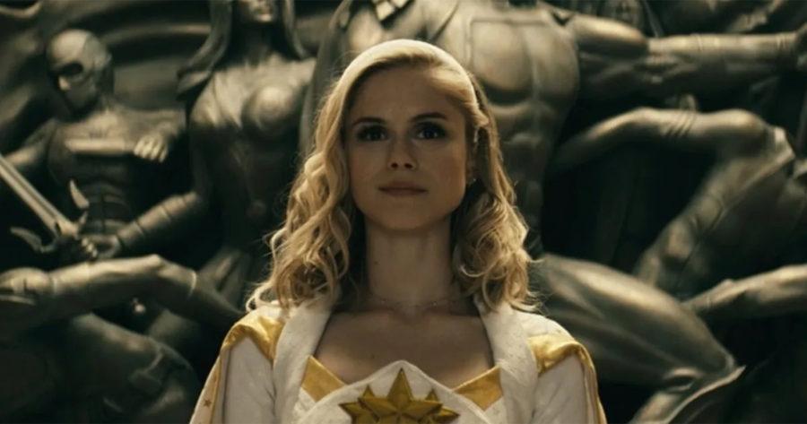 Erin Moriarty como Annie January en The Boys. A sus espaldas, estatuas de figuras humanas. Esta es una serie original de Amazon Prime Video.