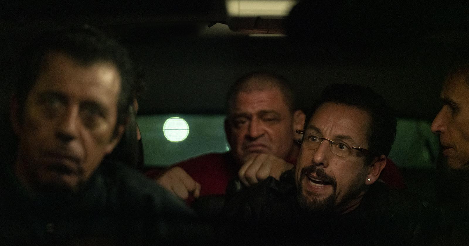 En una escena de Diamantes en bruto, el personaje de Adam Sandler es embaucado por gente a quienes les debe dinero