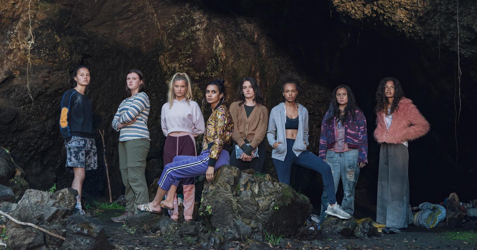 El elenco de Salvajes frente a una cueva. De izquierda a derecha: Toni, Dot, Shelby, Fatin, Leah, Rachel, Martha y Nora.