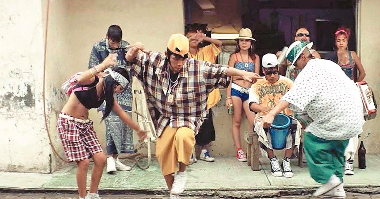 Ulises y su banda bailando cumbia en Monterrey. Destacan sus vestimentas holgadas y coloridas, en una escena de baile de Ya no estoy aquí.
