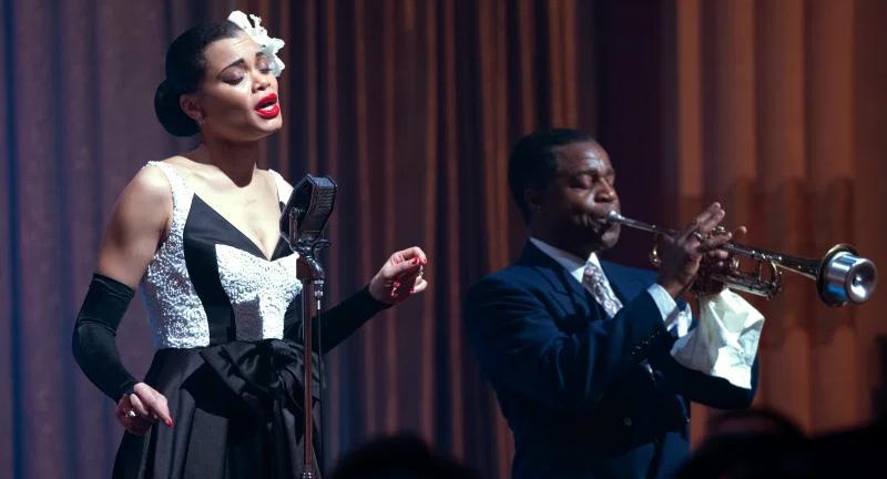 Ana Dray como Billie Holliday ante un micrófono en Estados Unidos vs. Billie Holiday.