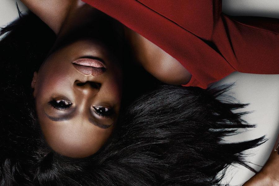 Viola Davis como Annalise Keating en el afiche promocional de la sexta temporada de How to get away with Murder. Se la ve de cabezas, vestida de rojo.