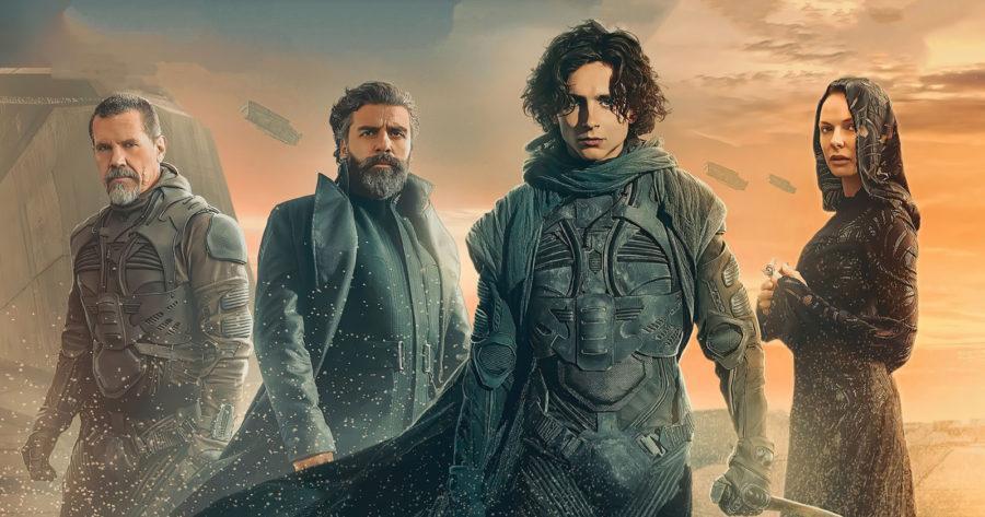 Dune es una de las películas imperdibles 2021. En esta imagen se le ve al protagonista, Timothée Chalamet, rodeado de otros integrantes del elenco, con unos trajes de ciencia ficción ante un fondo apocalíptico.