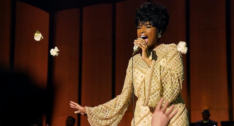 Jeniffer Hudson frente a un micrófono interpretando a Aretha Franklin en Respect.