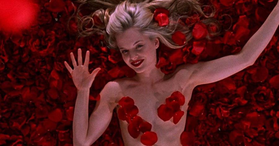 Mena Suvari como Angela, desnuda y cubierta de pétalos rojos, en American Beauty.