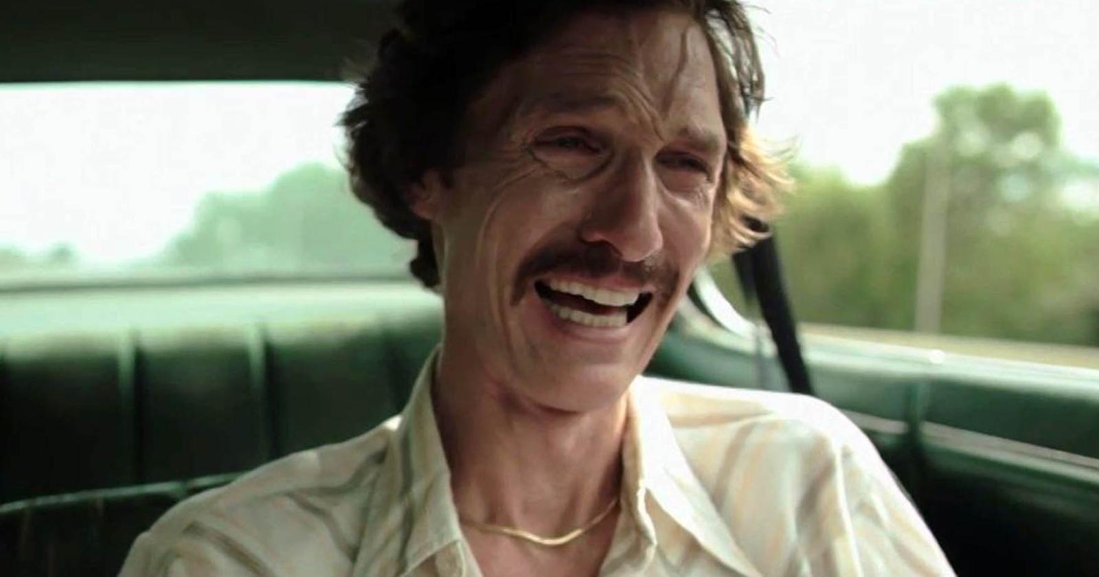Matthew McConaughey como Ron Woodroof  llorando en un auto