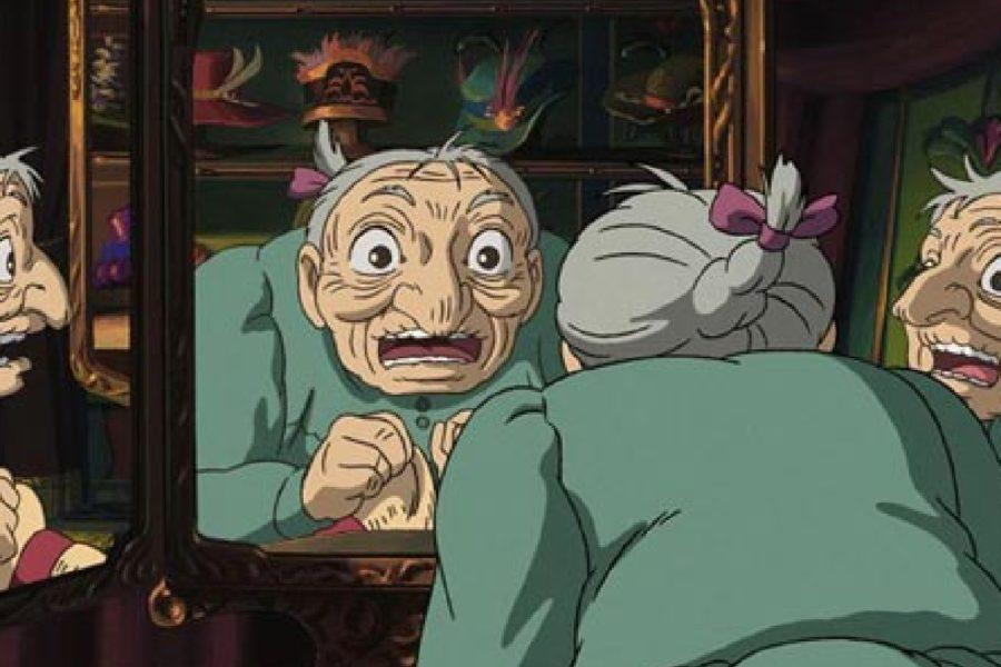 Sophie convertida en anciana, mirándose aterrada en el espejo.