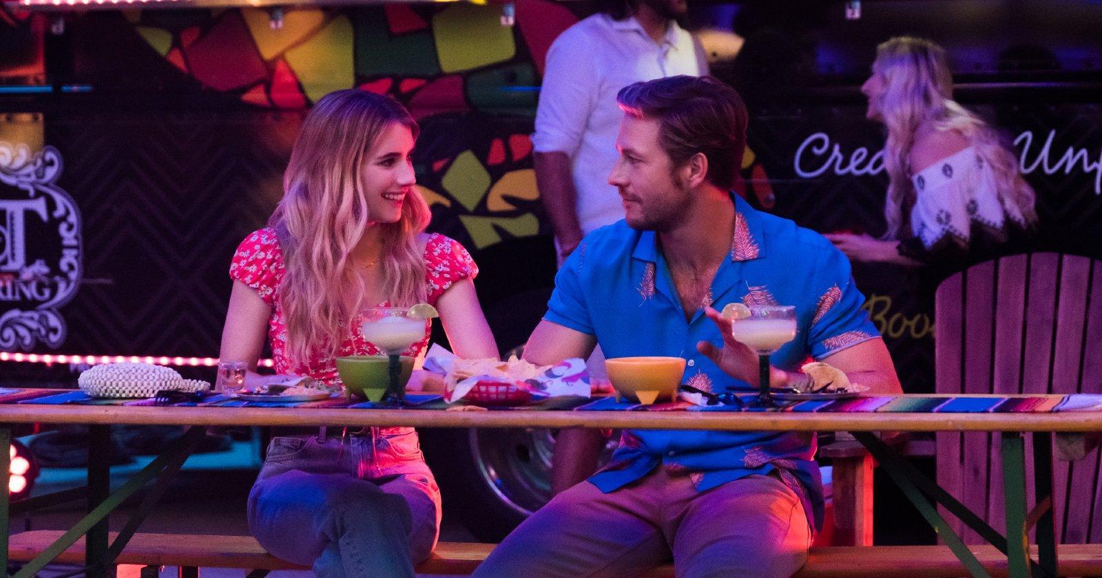 Emma Roberts como Sloane Reed y Luke Bracey como Jackson en la fiesta de 5 de mayo