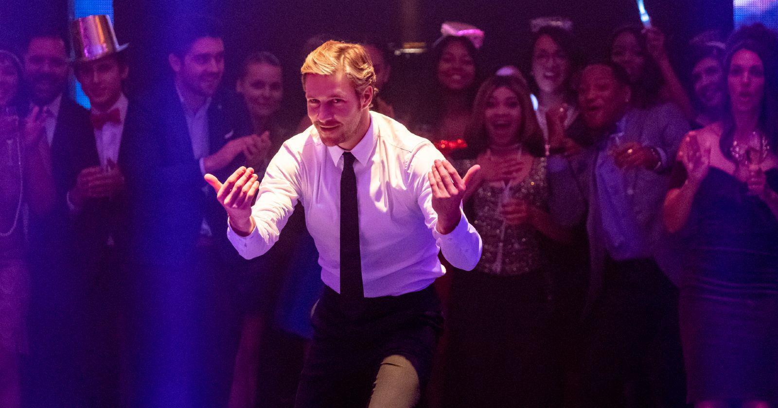 Luke Bracey como Jackson en la fiesta de año nuevo