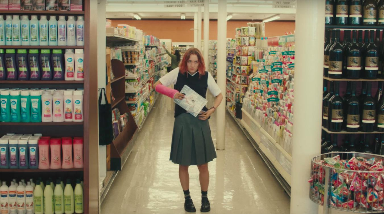 Lady bird robando una revista en el supermercado